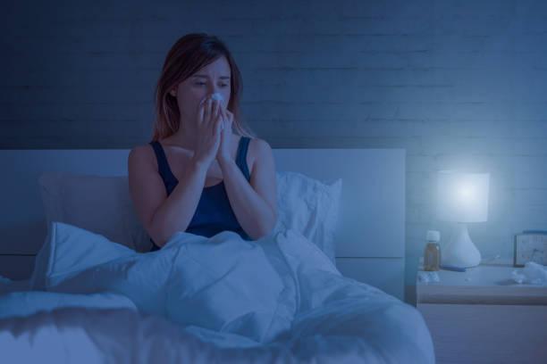 Frau im Bett liegend Nase weht – Foto