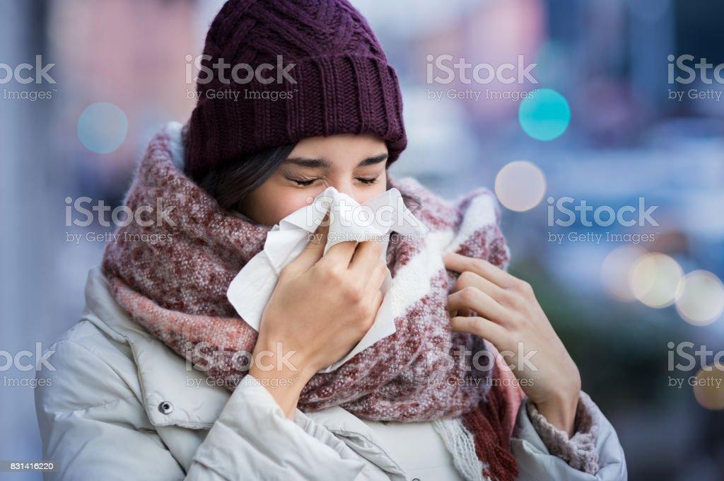 Nez soufflant de femme en plein air - Photo