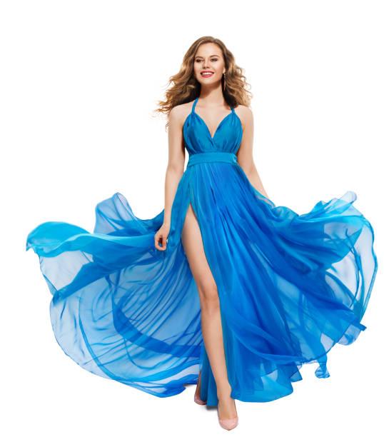 frau blau kleid, glücklich fotomodell in langen wehenden kleid mädchen weiß isoliert - abendkleid lang blau stock-fotos und bilder