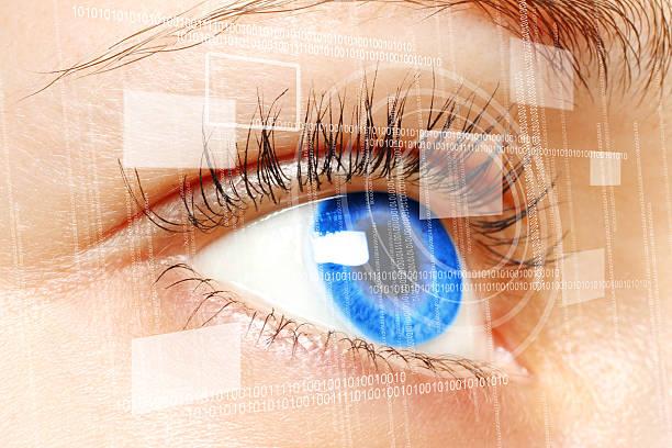 Frau Blaue Auge blickt auf einem digitalen virtuelle Bildschirm – Foto