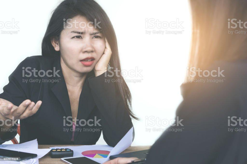 Frau Chef wütend und beschweren sich ihre Teamarbeit während arbeiten zusammen – Foto