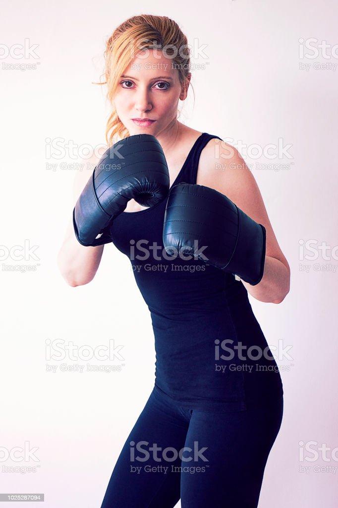 Mulher de boxe para câmera - foto de acervo