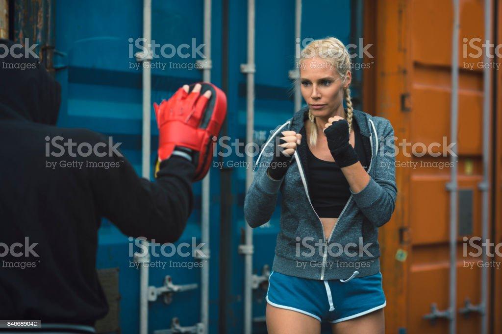 Mulher de boxe com seu personal trainer - foto de acervo