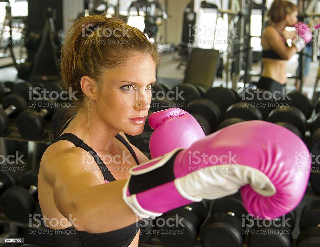 Mulher com rosa luvas de boxe - foto de acervo