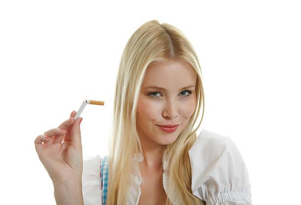frau pausen zigarette in zwei teile - moderne dirndl stock-fotos und bilder