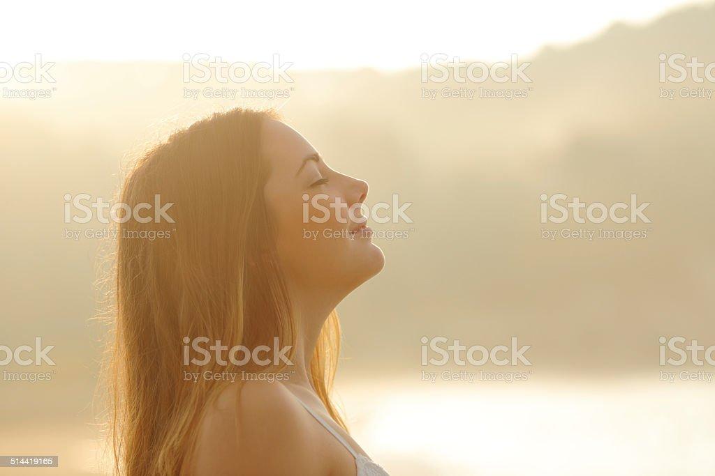 Mujer respirar profundo de aire fresco en el amanecer foto de stock libre de derechos