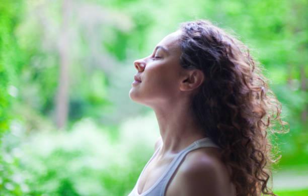 여름에 야외에서 신선한 공기를 호흡하는 여성 - 깊은 뉴스 사진 이미지