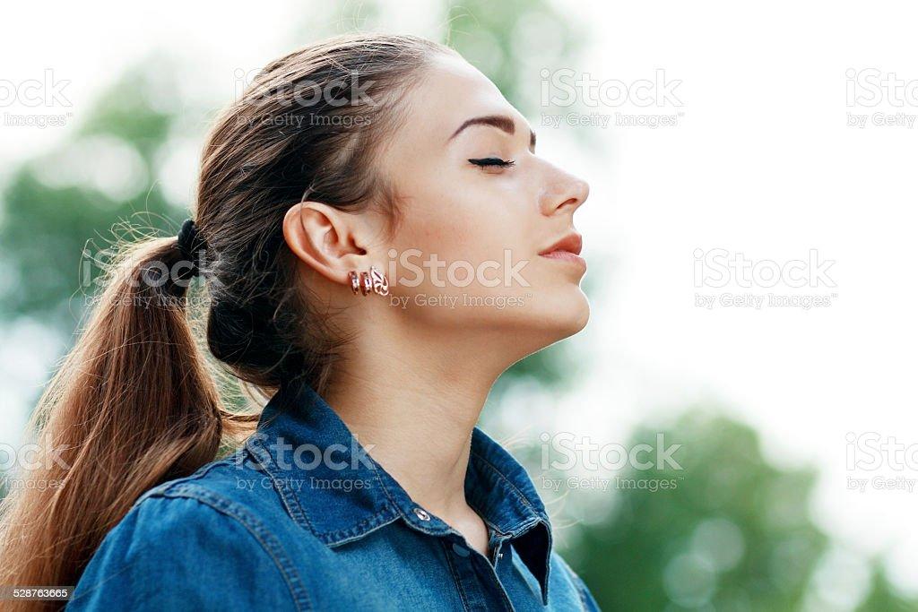 Femme de respirer l'air frais - Photo