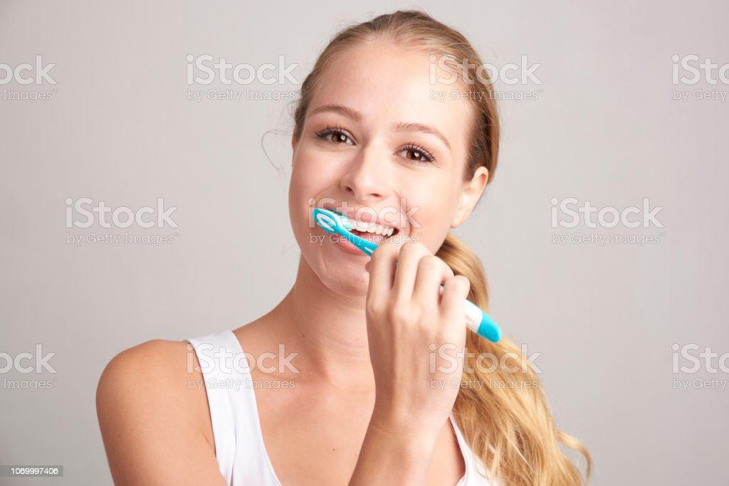 Woman brusing her teeth стоковое фото