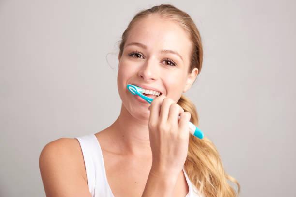 여자 brusing 그녀의 치아 - 솔질 뉴스 사진 이미지