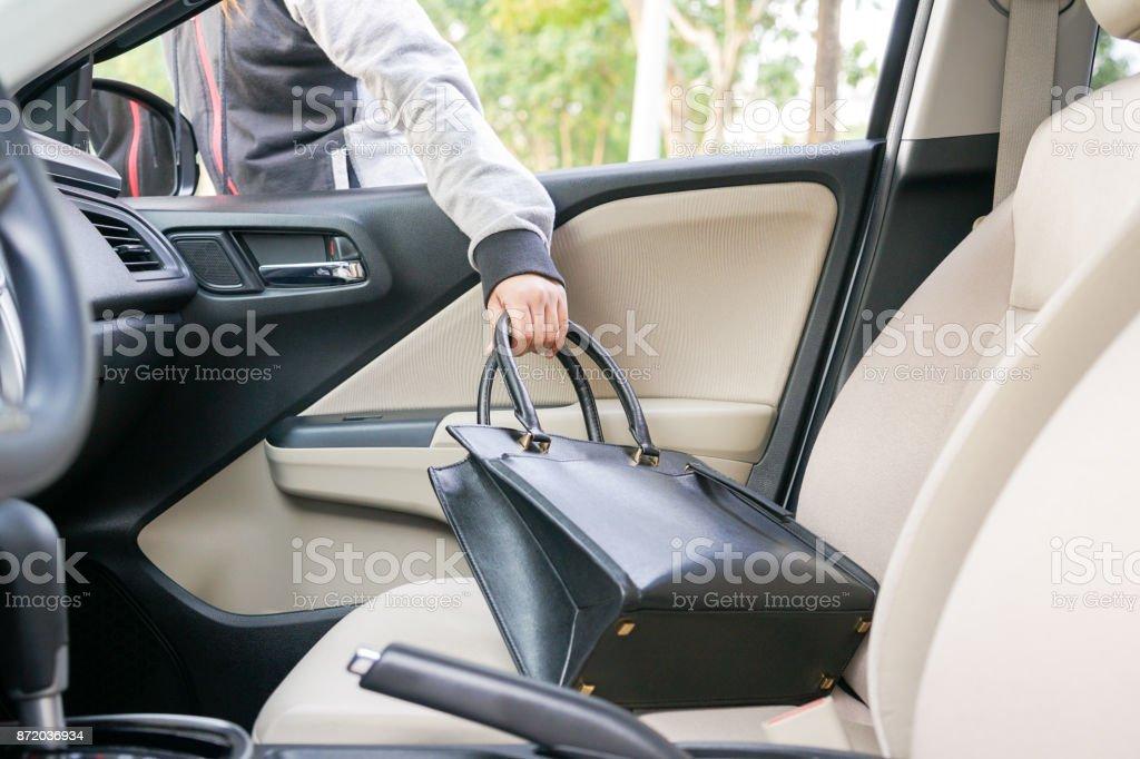 Ladrão de mulher roubar um saco de ombro através da janela do carro - conceito de roubo - foto de acervo