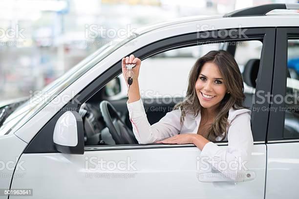Foto de Mulher Comprar Um Carro e mais fotos de stock de Adulto