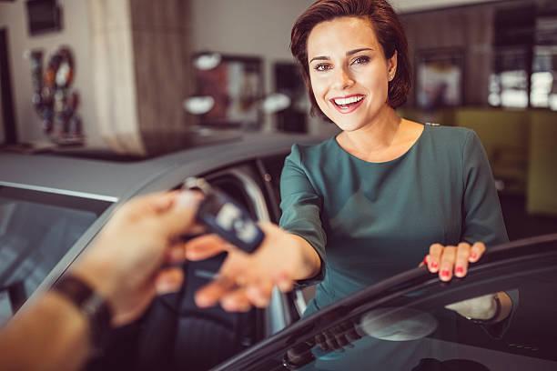 frau ein neues auto zu kaufen - mietwagen stock-fotos und bilder