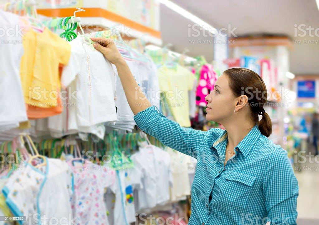 46e4ddec2e Mujer Comprando Ropa De Bebé Foto de stock y más banco de imágenes ...