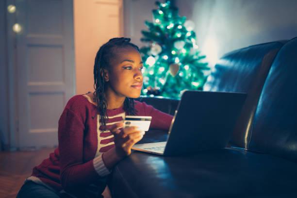 Frau kauft Weihnachtsgeschenke online – Foto