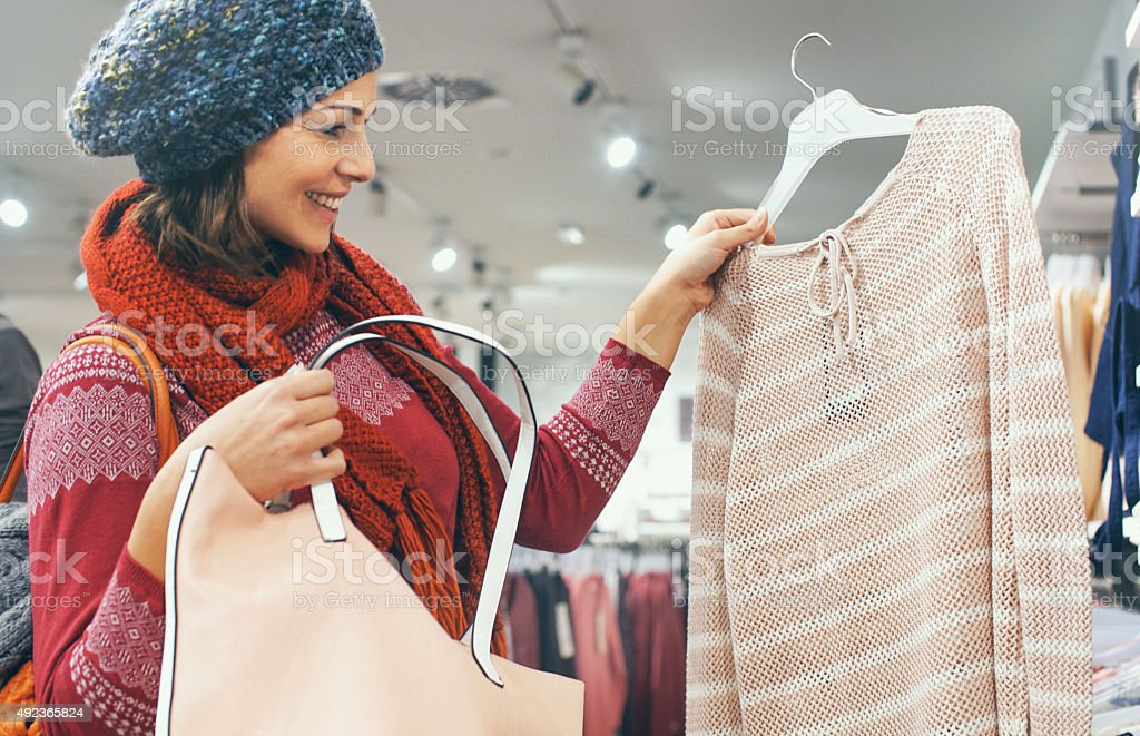 3f2b9f95a1 Mujer Comprando Ropa En La Tienda Foto de stock y más banco de ...