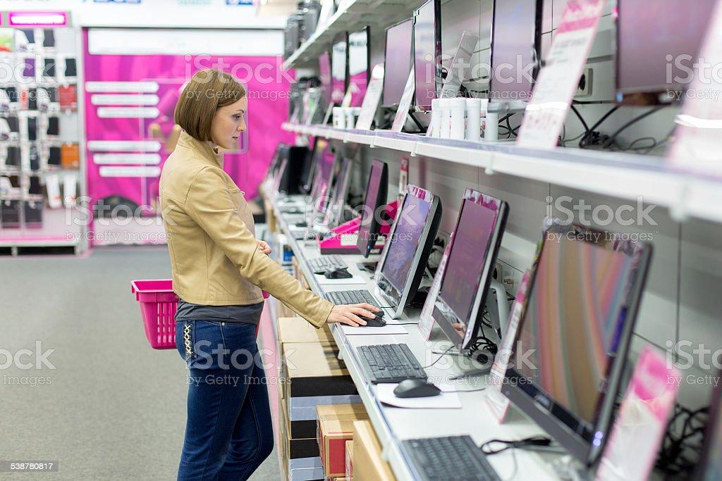 Frau Kauf desktop im store – Foto