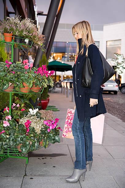 Kobieta kupno kwiaty – zdjęcie