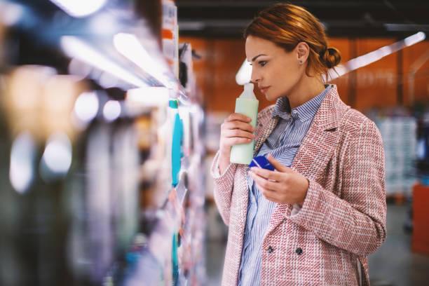 mulher comprando comida no supermercado. - shampoo - fotografias e filmes do acervo