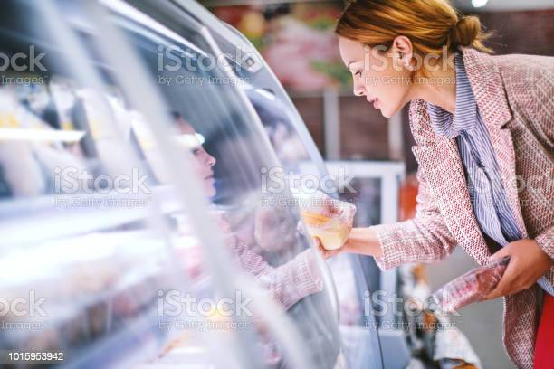 Woman buying food at grocery store picture id1015953942?b=1&k=6&m=1015953942&s=612x612&h=tvlqlmw20vcibxn0fpdu8whrwpaw3a9 opejdbwo0am=