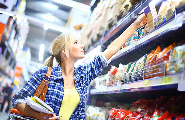 woman buying food in supermarket. - gemaksvoedsel stockfoto's en -beelden