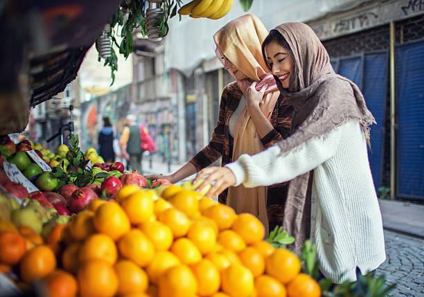 Femme acheter des fruits de la rue - Photo