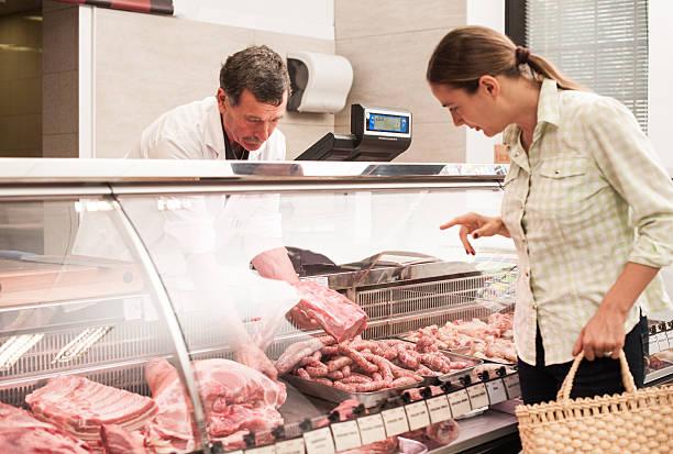 Frau Kauf von Fleisch im the butcher shop – Foto
