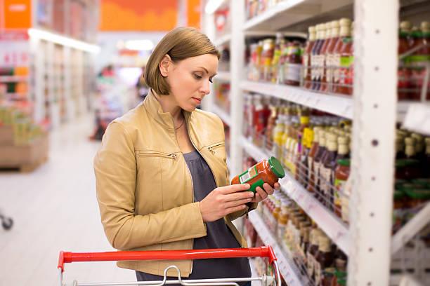 Frau Einkaufen im Supermarkt-sauce – Foto