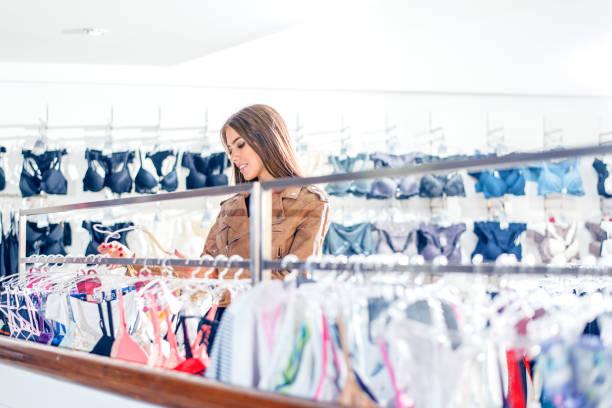 購買內衣的女人 - 僅年輕女人 個照片及圖片檔