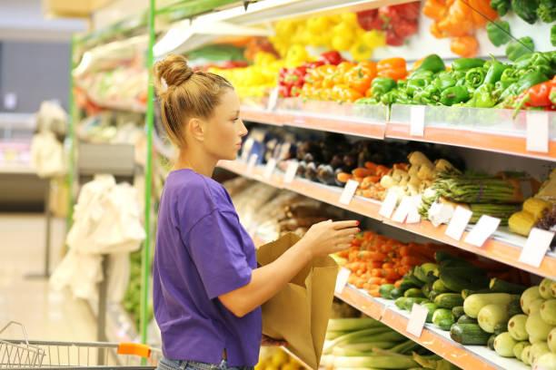 frau gemüse auf dem markt zu kaufen - kürbis kaufen stock-fotos und bilder