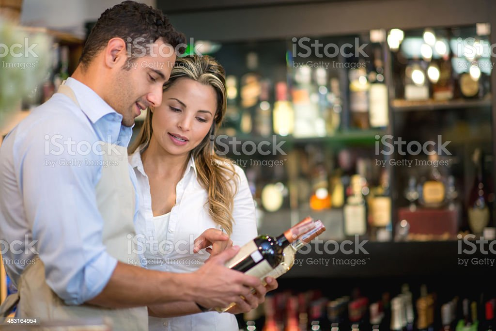 Woman buying wine at the supermarket - fotografia de stock