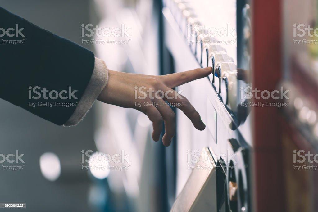 Frau mit einem Automaten kaufen – Foto