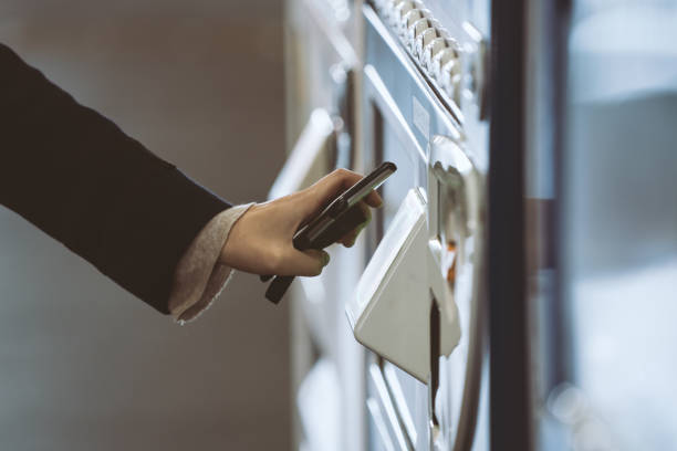 kvinna att köpa med en varuautomat - penetrating bildbanksfoton och bilder
