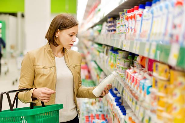 Frau kauft einen Milch – Foto