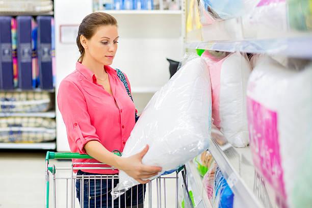 Frau kauft einen besonderen – Foto
