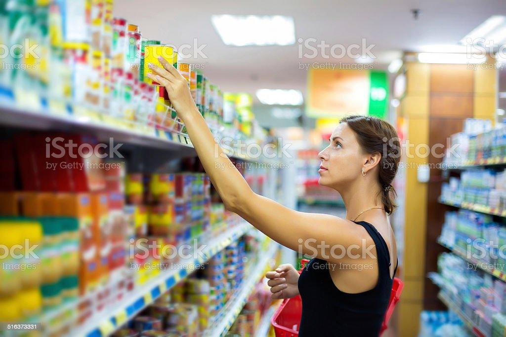 Frau kauft Dose – Foto