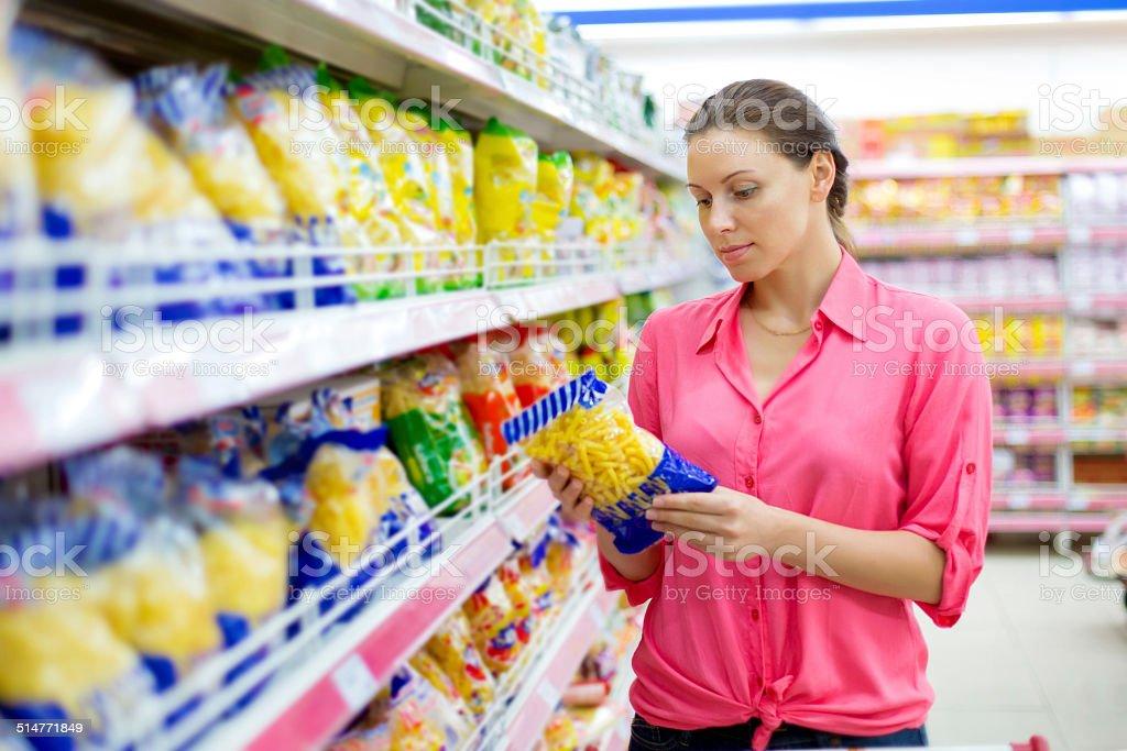 Frau kauft pasta – Foto
