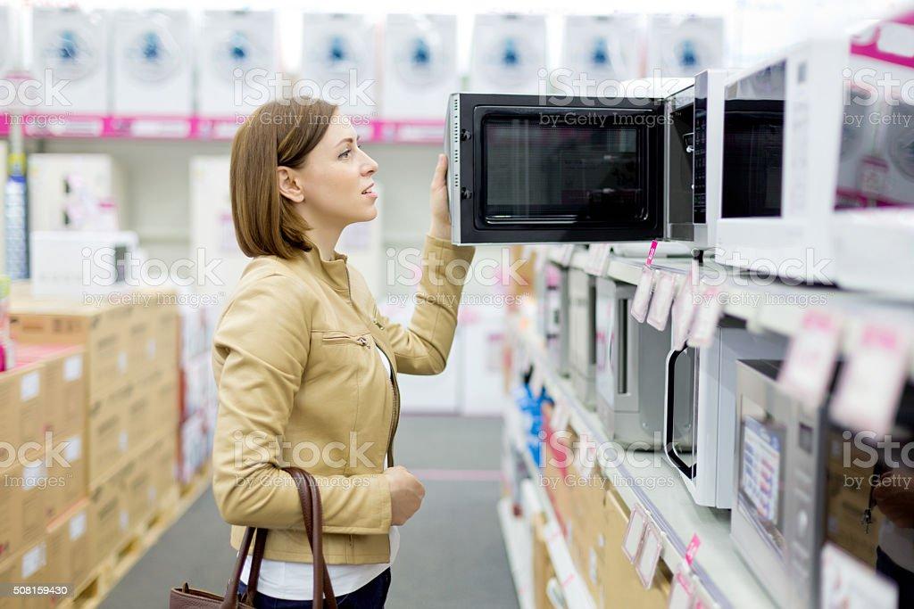 Frau kauft die Mikrowelle – Foto
