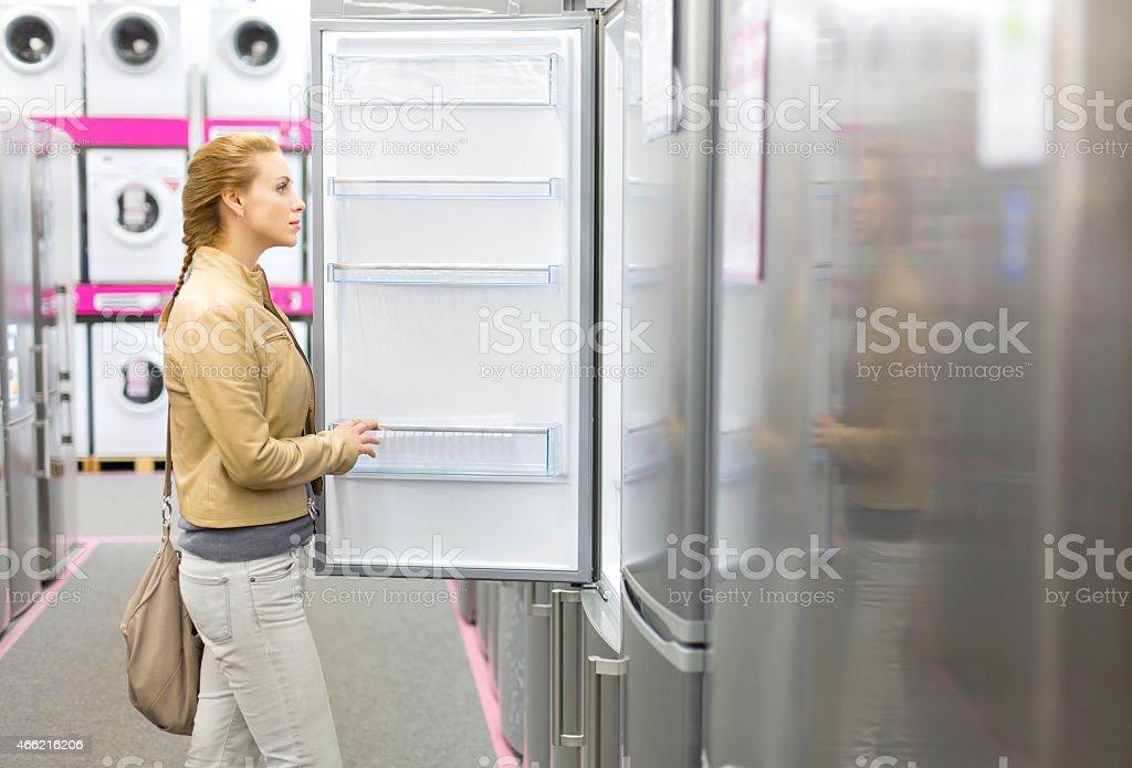 Frau kauft der Kühlschrank in-shop – Foto