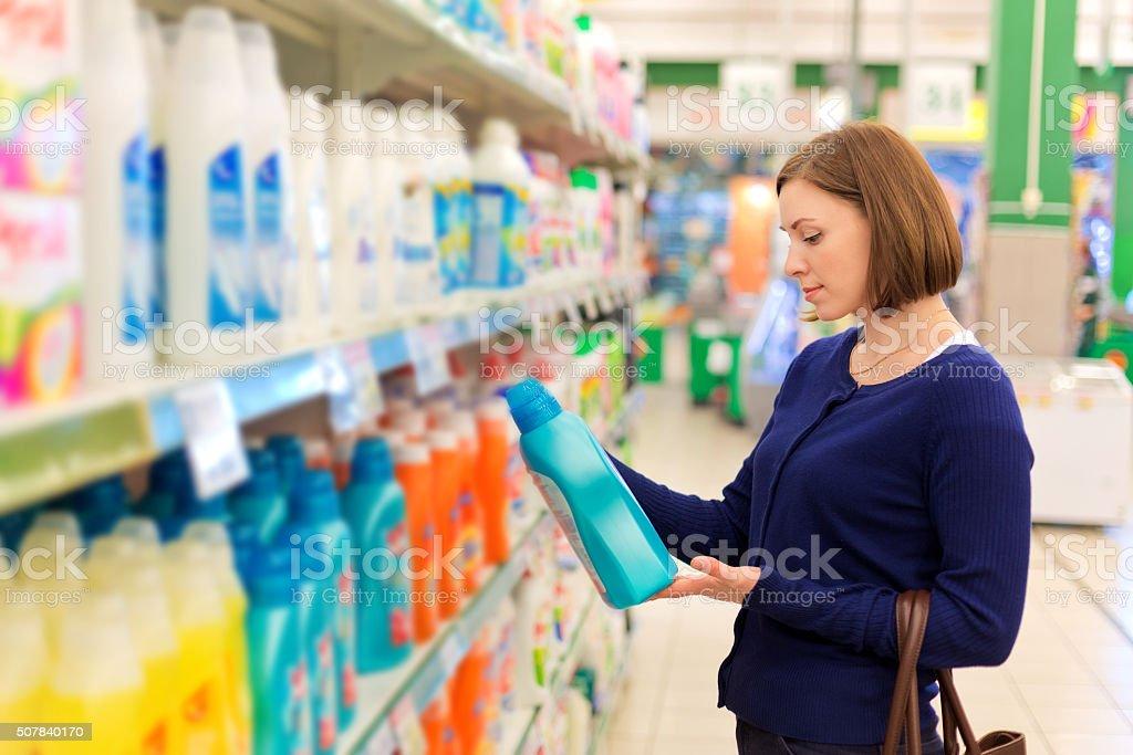 Frau kauft Waschen powder – Foto