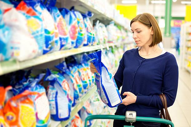 Frau kauft Waschen Pulver – Foto