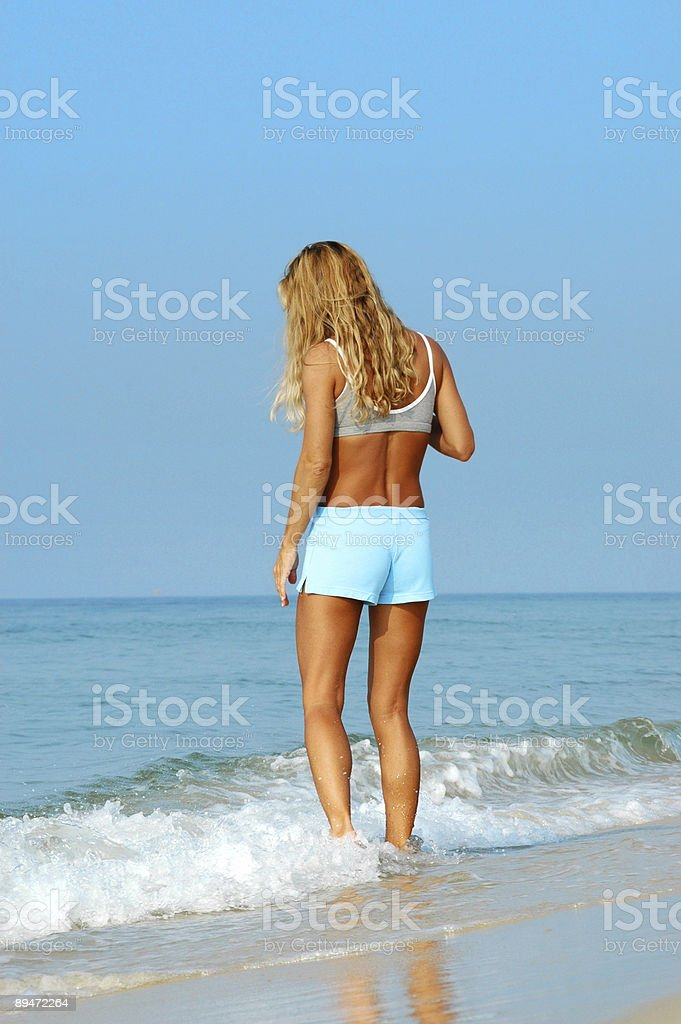Donna in spiaggia foto stock royalty-free