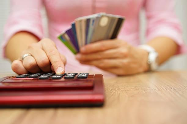 Frau berechnen Sie, wie viel kosten orspending haben mit Kreditkarten – Foto