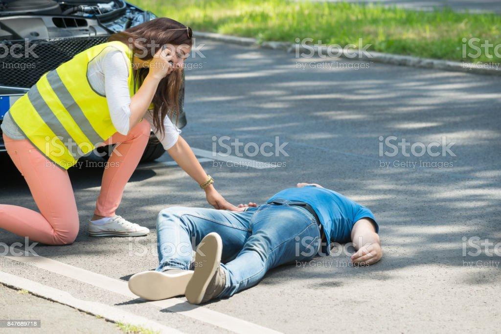 Mujer pidiendo ayuda de emergencia tras accidente - Foto de stock de Accidente de automóvil libre de derechos