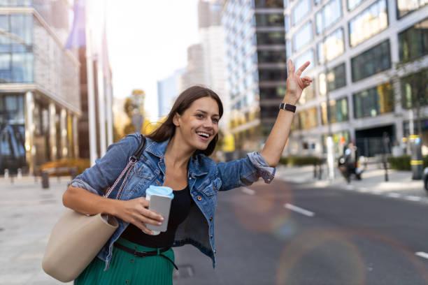 Frau ruft Taxi auf der Stadtstraße – Foto