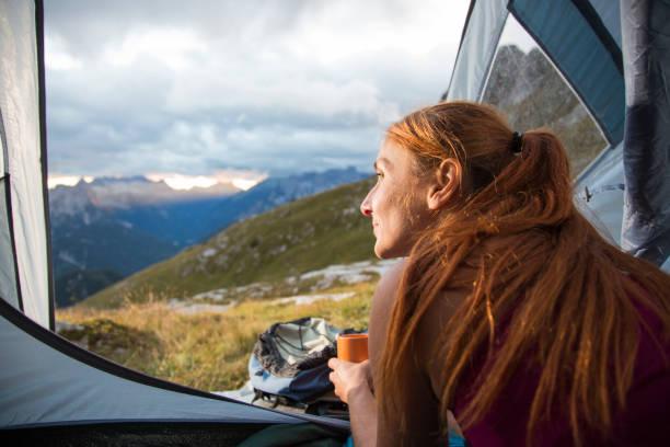 Frau Camping in den Bergen – Foto