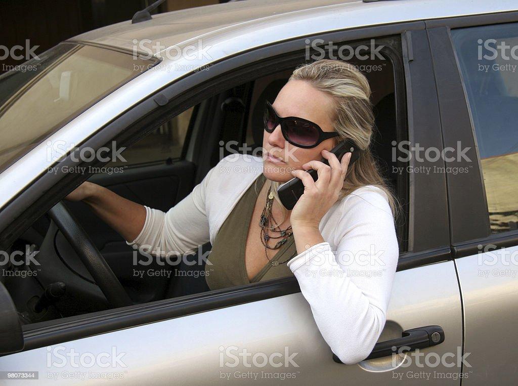 여성, 자동차 및 휴대폰 royalty-free 스톡 사진