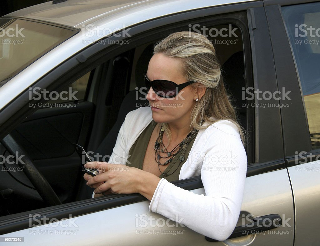 Donna, auto e telefono cellulare foto stock royalty-free