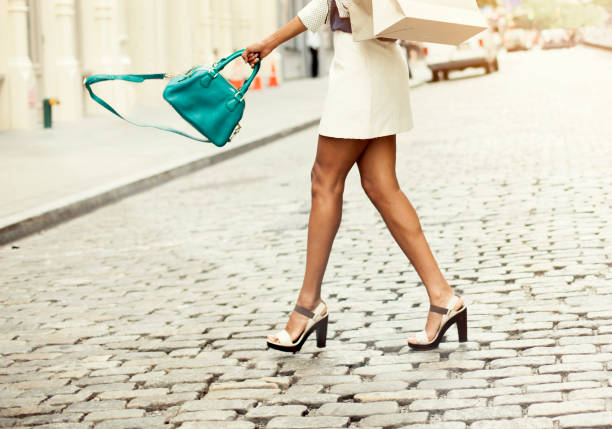 mujer llevando bolsas de la compra - moda de zapatos fotografías e imágenes de stock