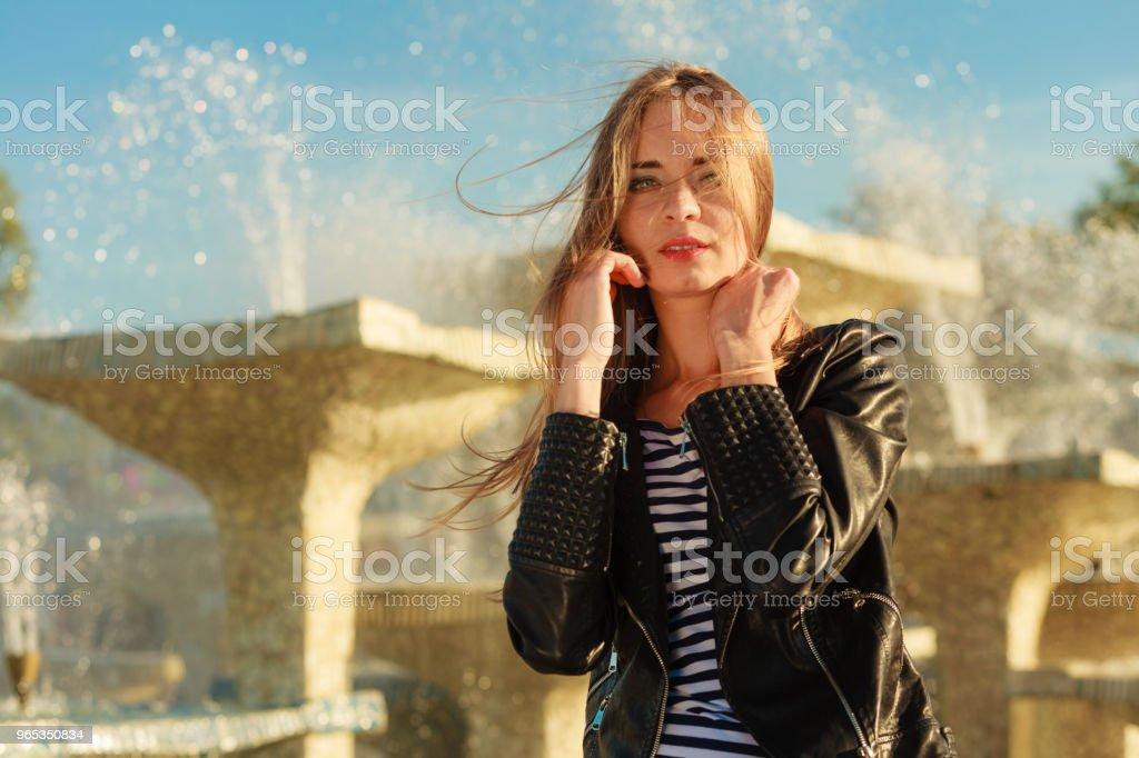 여자 캐주얼 스타일의 도시 파운턴 대해 위장하여 - 로열티 프리 가죽 스톡 사진